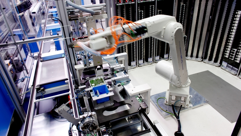 Robot ensuring a fully automatic process